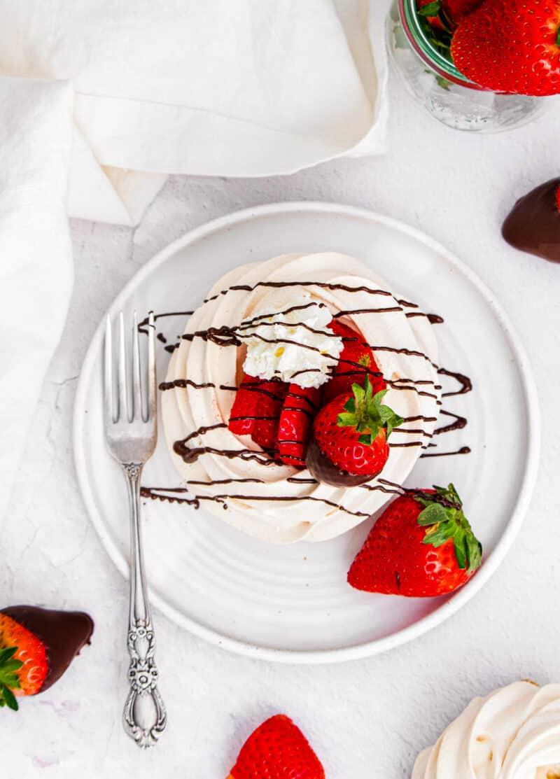 pavlova with chocolate and strawberries