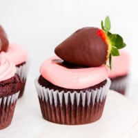chocolate covered strawberry cupcakes featured image
