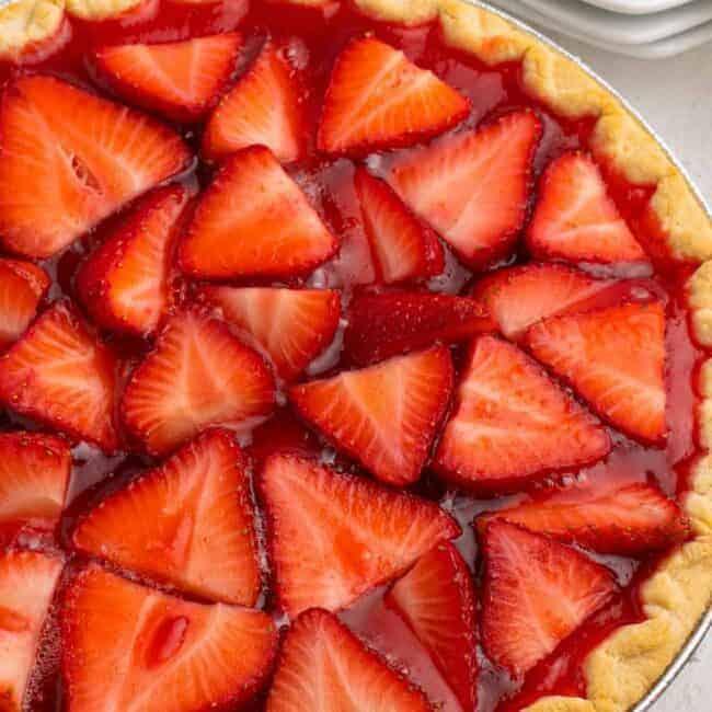 overhead image of strawberry jello pie in pie plate