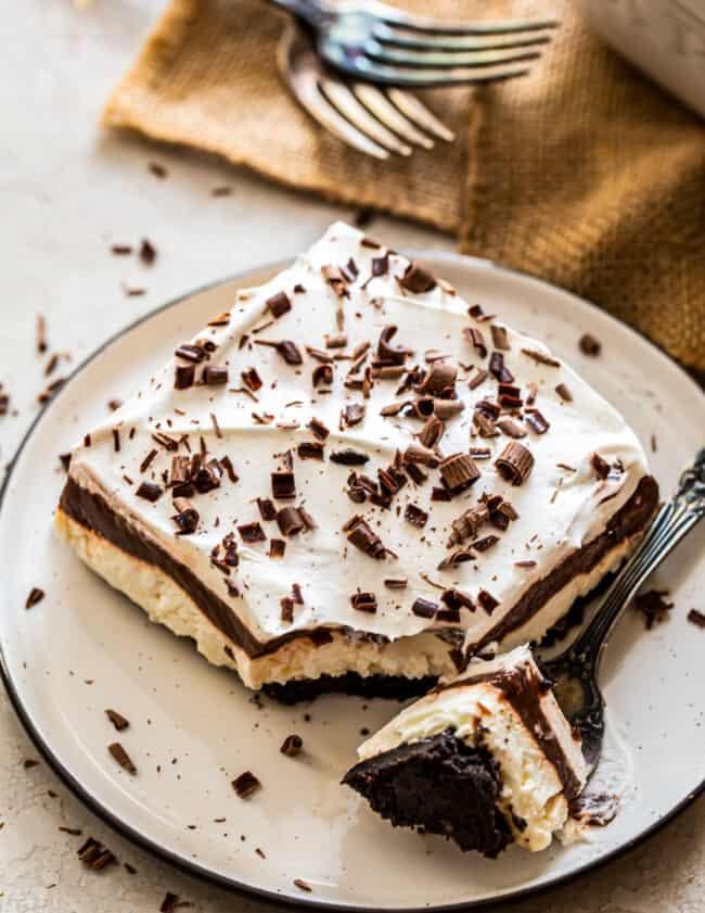 layered chocolate lasagna with chocolate shavings